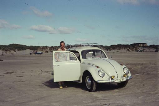 Mit dem Käfer am Strand