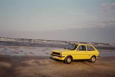 Gelber Ford vor blauer See