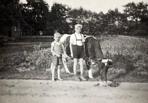 Kinder mit Kuh