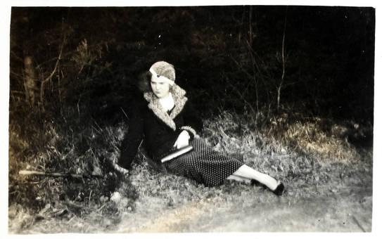 Frau liegt auf dem Rasen