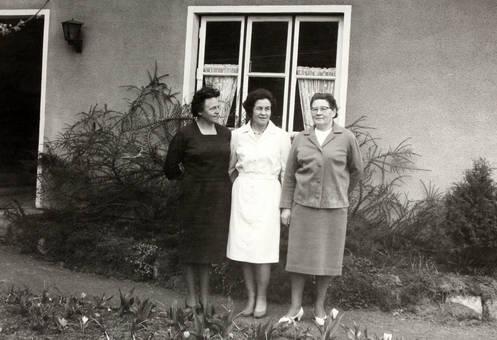 Drei Frauen vor dem Haus
