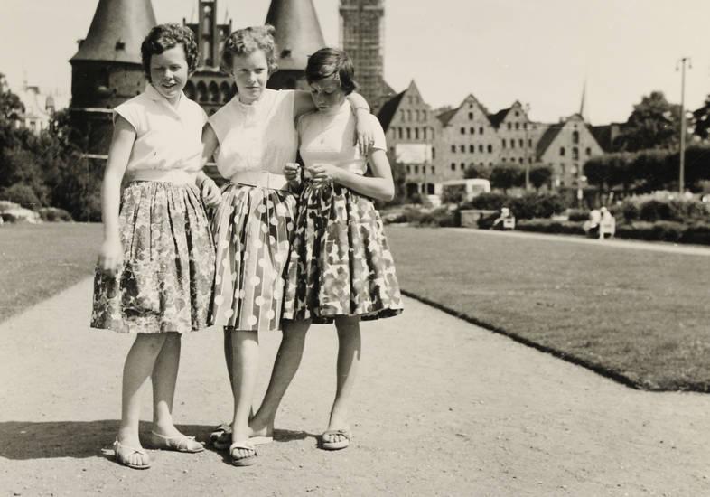 Holstentor, Holzklepper, Jugendliche, Lübeck, mädchen, mode, rock, Röcke