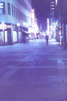 Leere Hohe Straße in der Nacht