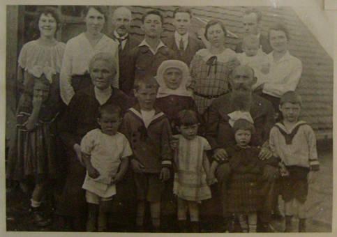 Großfamilie mit Nonne um 1925