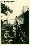 Mit Roller im Garten, ca. 1959