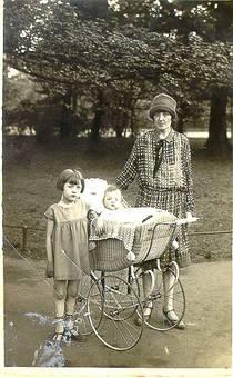 Mutter, Tochter, Sohn 1927