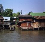 Wohnhäuser am Fluß