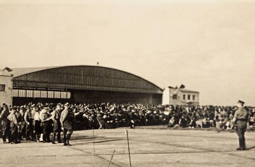 Soldaten am Hangar