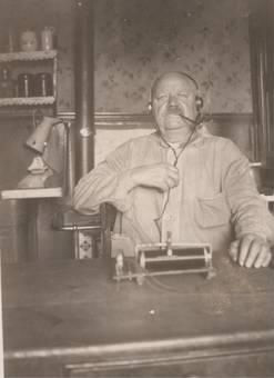 Urgroßvater hört Radio