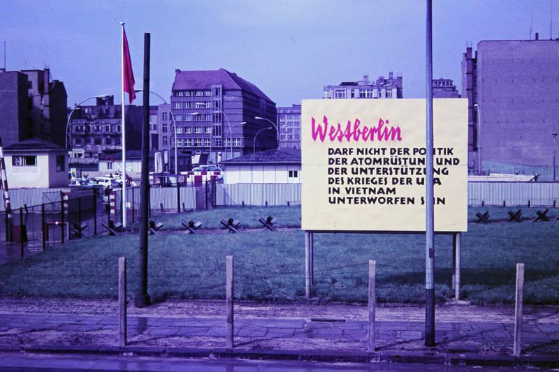 atomrüstung, atomwaffe, berlin, Berliner MAuer, ddr, grenze, mauer, ostberlin, protest, protestschild, Schild, vietnamkrieg, westberlin