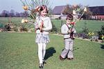 Kinder mit Palmstöcken