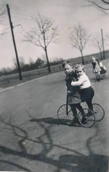 Kinder auf einem Dreirad