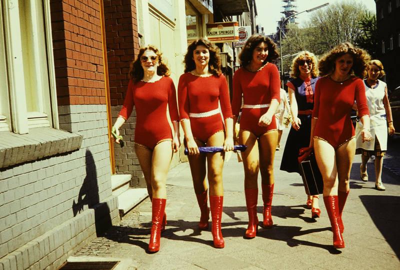Bikini, body, Frauen, Gehweg, mode, Rot, Sommer, sommertanz, stiefel, straße, tanzanzug