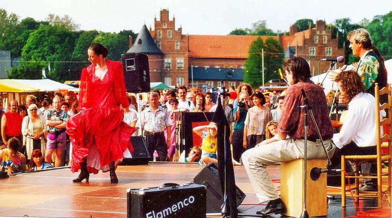 auftritt, Bäume, bühne, Flamenco-Tänzerin, holzkiste, Koffer, lautsprecher, Lehnstuhl, Mikrofon, musiker, publikum, sänger, schloß, Sommerfest