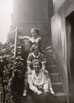 Mädchen auf einer Treppe