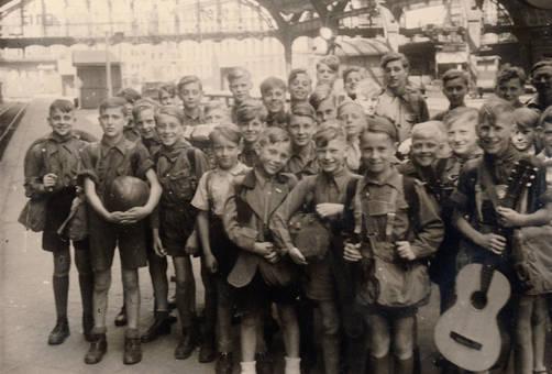 Jungengruppe am Bahnhof
