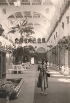 Frau in einer Halle mit Palmen