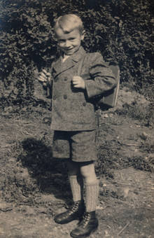 Junge mit Schulrucksack