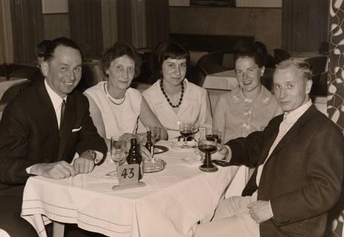 Personen am Tisch