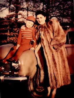 Dame mit Kind und Auto