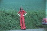 Frau im roten Hosenanzug