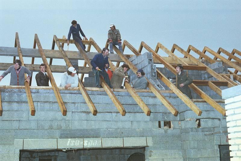 Arbeiter, Arbeitswelt, Baustelle, Dachsparren, Dachstuhl, Hausbau, holz, mode, Parka, richtfest, Rohbau