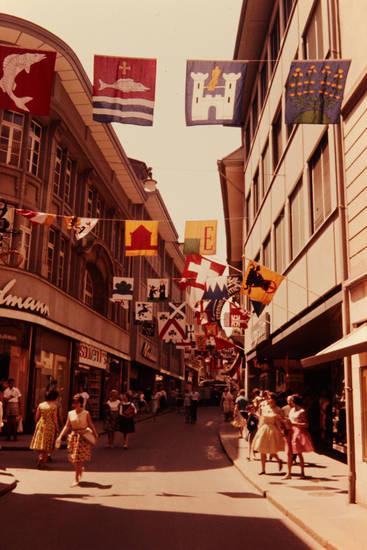Einkaufstraße, fahne, flaggen, kleidung, mode, passanten, straße