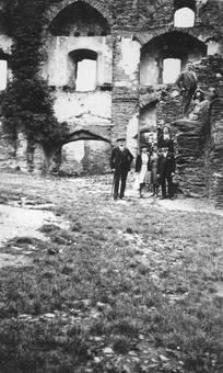 Gruppe vor Ruine
