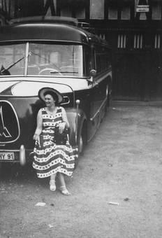 Frau an Bus