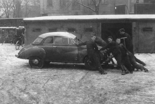 Sechs Männer und ein Auto