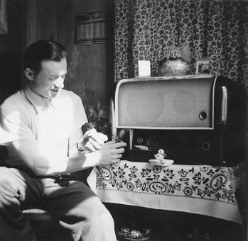Mann dreht am Radio