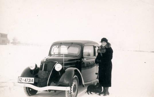 Frau mit Dackel und Ford