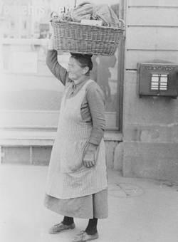 Frau mit Korb auf dem Kopf