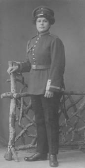 Frau in Uniform
