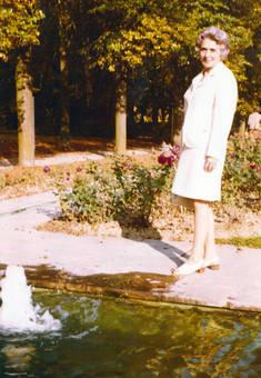 Frau an Teich