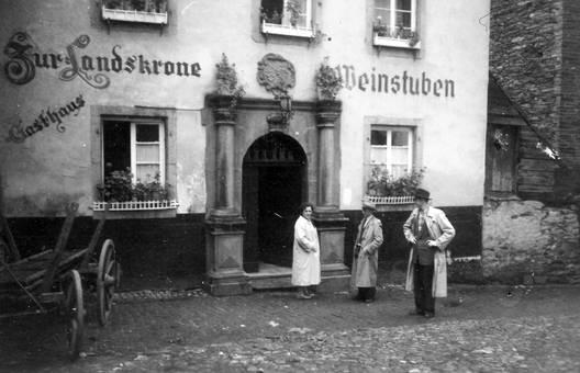 Vor dem Gasthaus