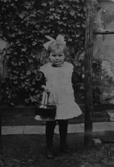 Kind mit Korb