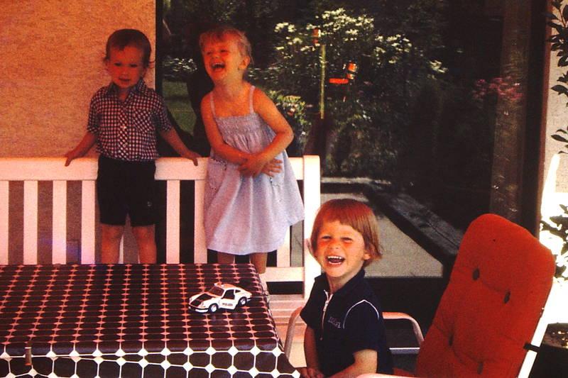 lachen, Spielzeugauto, Terrasse