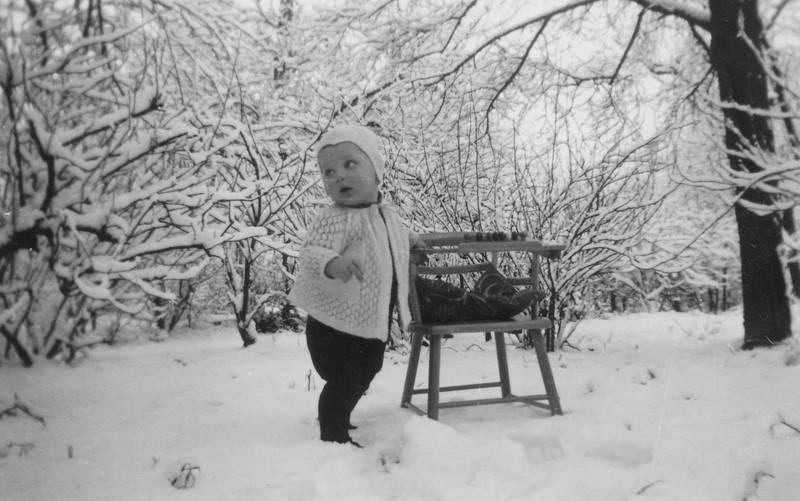 1 Jahr, Kinderstuhl, Kindheit, kleinkind, mütze, schnee, strickjacke, winter