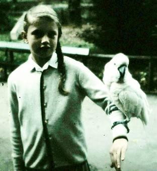 Mit Kakadu auf dem Arm