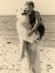 Am Strand mit einem Eisbären