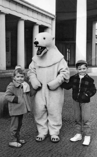 Aachen, eisbär, Eisbärkostüm, Elisenbrunnen, Foto-Eisbär, Kindheit, Kostüm, verkleidet