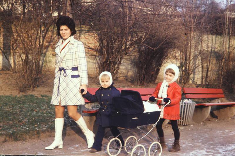abfalleimer, Adrett, Bänke, junge, kinderwagen, Kindheit, mädchen, mantel, mini, mode, Mutter, papierkorb, Puppenwagen, rhede, spaziergang, stiefel, winter
