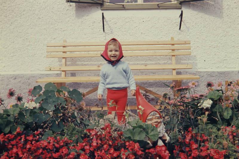 blumen, Blumenbeet, gartenzwerg, Kindheit, kleinkind, Kopftuch, mädchen, Strumpfhose