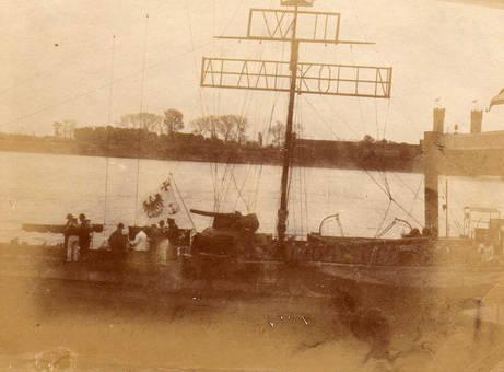 Kriegsschiff an Karneval
