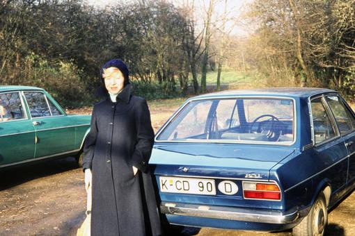 Frau an Auto