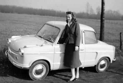 Frau am Auto