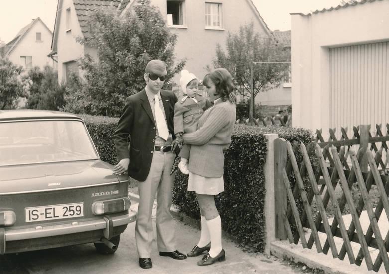 1970er, auto, Eltern, frisur, Garage, Hecken, iserlohn, jägerzaun, KFZ, Kindheit, Kniestrümpfe, minirock, mode, NSU, NSU 1200 C, PKW, sonnenbrille