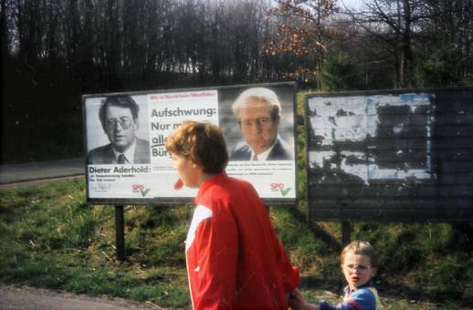 Vorbei am Wahlplakat