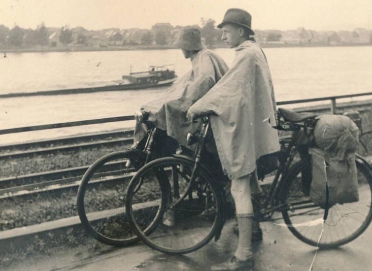 Ehrenbreitstein, eisenbahnschienen, fahrrad, fahrrad fahren, Fahrradtour, fluss, hut, Regenkleidung, regenponcho, schiff